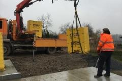 vykládka materiálu z kontejneru pomocí hydraulické ruky